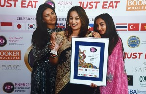 sarah ali choudhury with her daughters Hannah and Halima